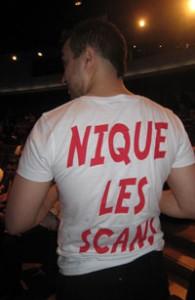 """Grégoire HELLOT et son t-shirt """"Fuck le fansub, Nique les scans"""""""